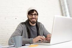 Homem de negócios atrativo latino-americano novo do moderno do retrato incorporado que trabalha com o escritório domiciliário mod Imagem de Stock Royalty Free