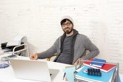 Homem de negócios atrativo latino-americano novo do moderno do retrato incorporado que trabalha com o escritório domiciliário mod Fotos de Stock