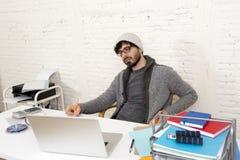 Homem de negócios atrativo latino-americano novo do moderno do retrato incorporado que trabalha com o escritório domiciliário mod Foto de Stock Royalty Free