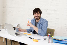 Homem de negócios atrativo latino-americano novo do moderno do retrato incorporado que trabalha com o escritório domiciliário mod Imagem de Stock