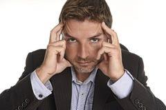 Homem de negócios atrativo no terno que parece cansado e esforço e dor de cabeça esgotados do sofrimento fotografia de stock royalty free