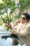 Homem de negócios que inclina-se no carro. foto de stock
