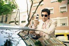 Homem de negócios que inclina-se no carro. fotos de stock