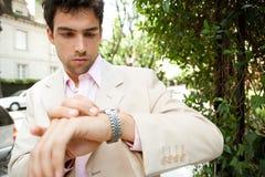 Homem de negócios que olha o relógio. Imagem de Stock Royalty Free