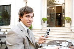 Papel da leitura do homem de negócios no café. imagem de stock