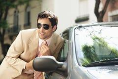 Homem de negócios que prepara no espelho de carro. Foto de Stock Royalty Free