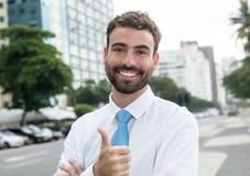 Homem de negócios bem sucedido com barba e laço azul na cidade Imagens de Stock Royalty Free