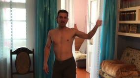 Homem de negócios bem sucedido feliz desportivo Dancing em casa, engraçado, seduzindo video estoque