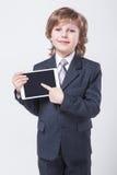Homem de negócios bem sucedido novo com uma tabuleta nas mãos imagem de stock