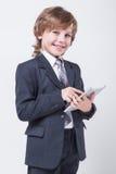 Homem de negócios bem sucedido novo com uma tabuleta nas mãos fotos de stock