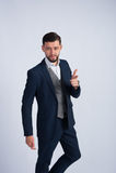 Homem de negócios bem sucedido novo no estúdio Foto de Stock