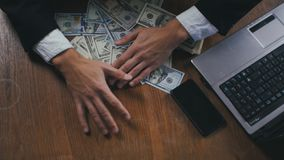 Homem de negócios bem sucedido novo que conta o dinheiro que senta-se na tabela no escritório Conceito do salário ou do lucro vídeos de arquivo