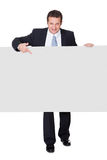 Homem de negócios bem sucedido que apresenta a bandeira vazia Foto de Stock Royalty Free