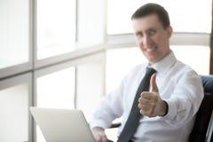 Homem de negócios bem sucedido que mostra os polegares acima imagem de stock royalty free