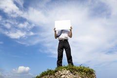 Homem de negócios bem sucedido que prende a placa em branco Fotos de Stock