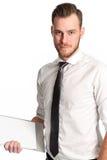 Homem de negócios bonito com uma prancheta que veste uma camisa e um laço brancos Foto de Stock Royalty Free