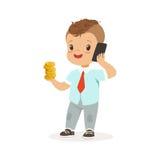 Homem de negócios bonito do menino que fala no smartphone e que guarda a pilha de moedas de ouro em suas mão, economias das crian Foto de Stock