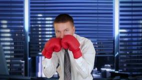 Homem de negócios Boxing com skyline no fundo, metragem conservada em estoque da cidade vídeos de arquivo