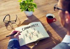 Homem de negócios Brainstorming e desenho sobre a comunidade imagens de stock royalty free