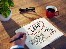 Homem de negócios Brainstorming About Leadership no escritório fotos de stock
