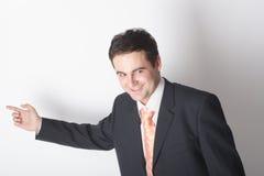 Homem de negócios branco ereto no terno que aponta na carta foto de stock royalty free