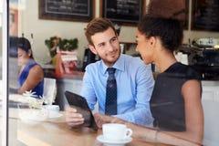 Homem de negócios And Businesswoman Meeting na cafetaria imagens de stock