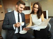 Homem de negócios And Businesswoman Meeting na cafetaria fotos de stock