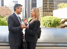 Homem de negócios And Businesswoman Talking fora do escritório fotografia de stock royalty free