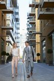 Homem de negócios And Businesswoman Walk a trabalhar através da rua da cidade foto de stock