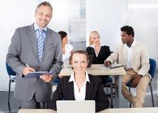 Homem de negócios And Businesswoman Working junto imagens de stock royalty free