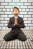 Homem de negócios cómico em joelhos que praying Imagens de Stock Royalty Free