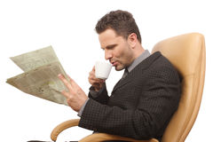 homem de negócios, café, jornal Fotos de Stock Royalty Free