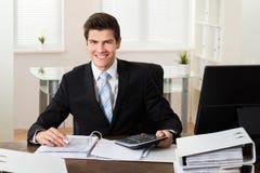 Homem de negócios Calculating Financial Data Fotografia de Stock Royalty Free