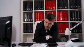 Homem de negócios cansado com a queda dos originais adormecida no escritório filme
