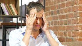 Homem de negócios cansado e forçado que tem a dor de cabeça, sobrecarregada vídeos de arquivo