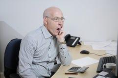 Homem de negócios cansado no escritório Fotografia de Stock Royalty Free