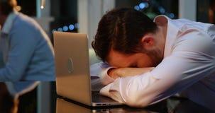 Homem de negócios cansado que dorme na mesa vídeos de arquivo