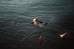 Homem de negócios cansado que relaxa no mar fotos de stock royalty free