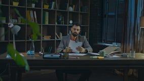 Homem de negócios cansado que trabalha no escritório domiciliário Homem de negócios que trabalha em casa filme