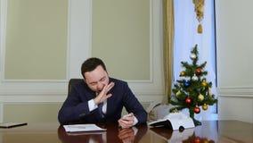 Homem de negócios cansado que usa o telefone celular e bocejando vídeos de arquivo