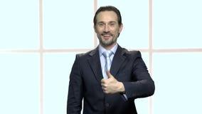 Homem de negócios caucasiano atrativo que dá o polegar acima video estoque