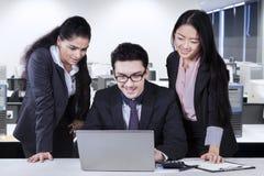 Homem de negócios caucasiano com dois empregados Imagens de Stock