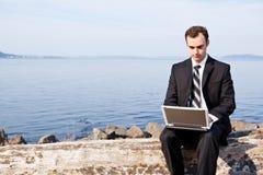 Homem de negócios caucasiano com portátil fotografia de stock