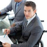 Homem de negócios caucasiano em uma cadeira de rodas Fotografia de Stock Royalty Free