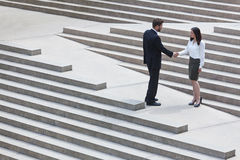 Homem de negócios caucasiano Handshake City Steps da mulher asiática Imagem de Stock