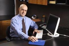 Homem de negócios caucasiano no computador. fotografia de stock royalty free