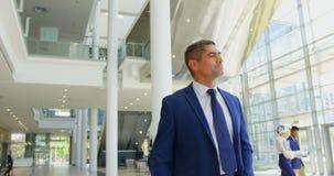 Homem de negócios caucasiano que anda na entrada no escritório 4k filme