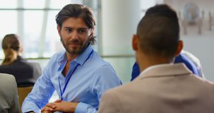 Homem de negócios caucasiano que interage com os executivos 4k vídeos de arquivo