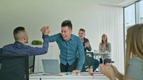 Homem de negócios Celebrating Victory Looking no portátil imagem de stock royalty free