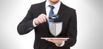 Homem de negócios com ícone do programa de antivirus do PC da tabuleta Imagem de Stock